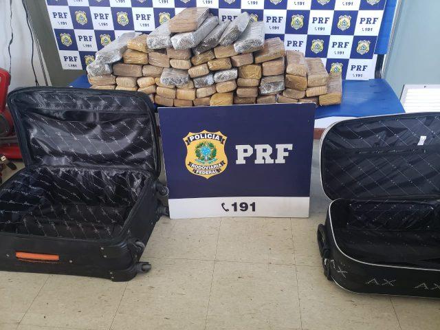 Urgente em Conquista: Dois homens são presos com mais de 50 kg de maconha dentro de ônibus