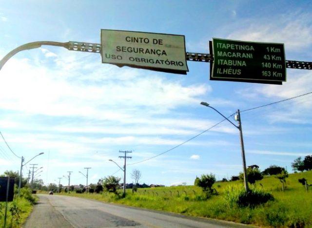 Itapetinga: Comunicador Edilson Lima  denuncia degradação da estrutura da placa de sinalização próximo ao campus da UESB