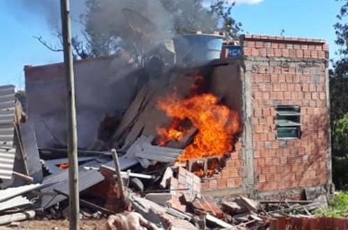 Sudoeste da Bahia.  : Homem ateia fogo em casa com os três filhos, menino de 1 ano morre e os outros dois ficam gravemente feridos