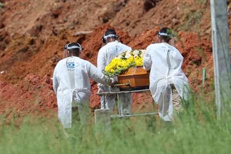 Com mais 1.212 mortes em 24h, Brasil ultrapassa 111 mil óbitos