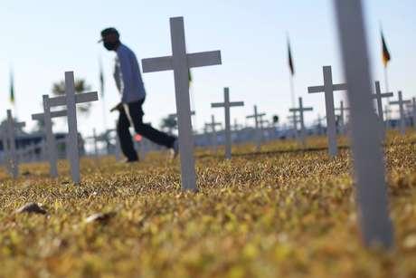 Quinta-feira: Brasil tem 1.262  mortes em 24h e passa de 105 mil óbitos