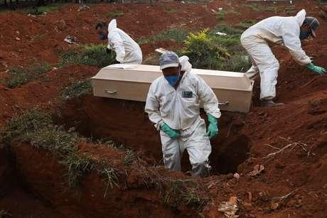 Brasil registra recorde diário de mortes com 1.595 óbitos