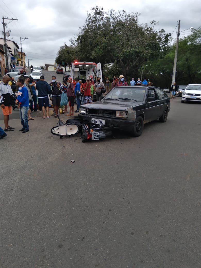 Itapetinga:  Colisão entre carro e moto deixa motociclista ferida