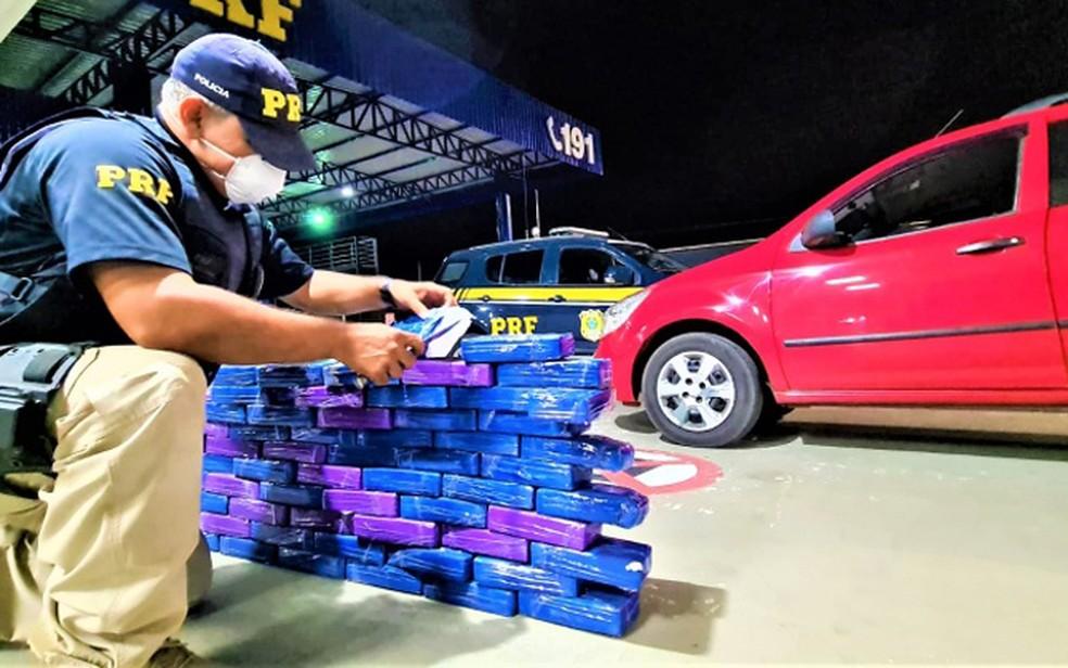 Vitória da Conquista: Casal é preso transportando quase 62 Kg de cocaína escondidos em fundo falso de caminhonete