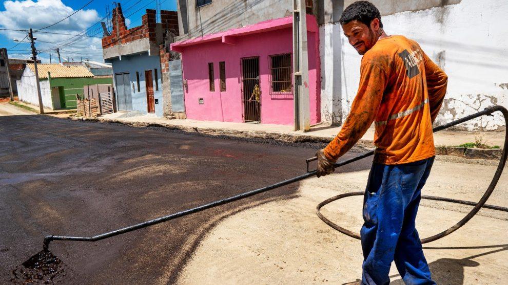 Itapetinga:  Cidade Jardim começa a receber a base para pavimentação asfáltica