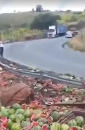 Duas pessoas ficam feridas após caminhão que carregava melancias tombar na BA-263