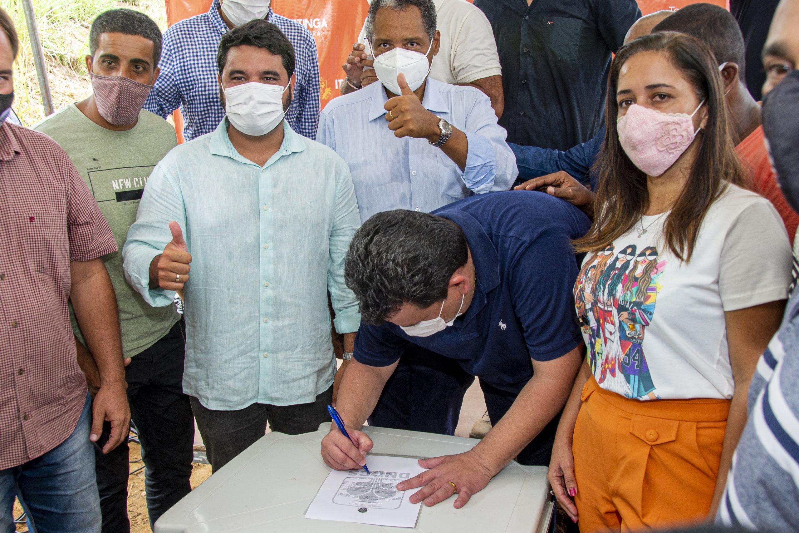 Itapetinga: Vereadora Manu Brandão acompanha assinatura de ordem de serviço para início dos trabalhos de pavimentação no Bairro Quintas do Sul