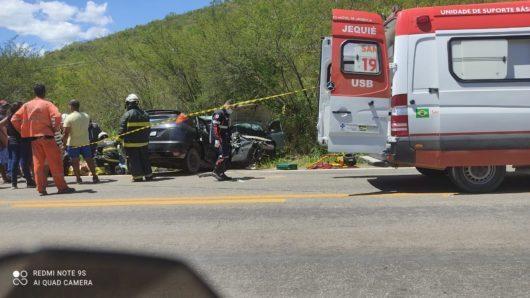 Acidente entre carros deixa três mortos e dois feridos