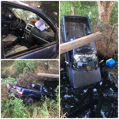 Itororó: Veículo Com a Placa Policial de Itapetinga é encontrado caído em ponte na estrada da Cabana da Ponte