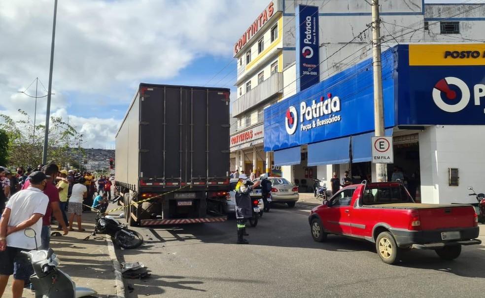 Acidente entre moto e carreta deixa uma pessoa morta em Vitória da Conquista, no sudoeste da Bahia