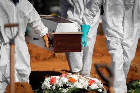 Brasil tem menor média móvel de mortes por covid em 6 meses