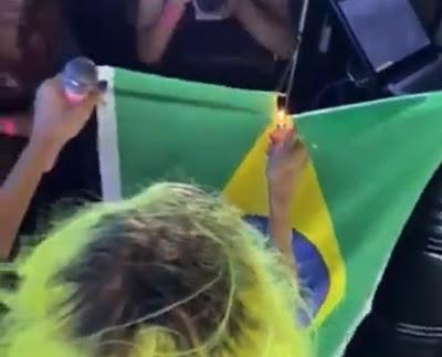 Vídeo: Cantora baiana queima bandeira do Brasil durante show em Feira e ação é criticada pelo senador Flávio Bolsonaro